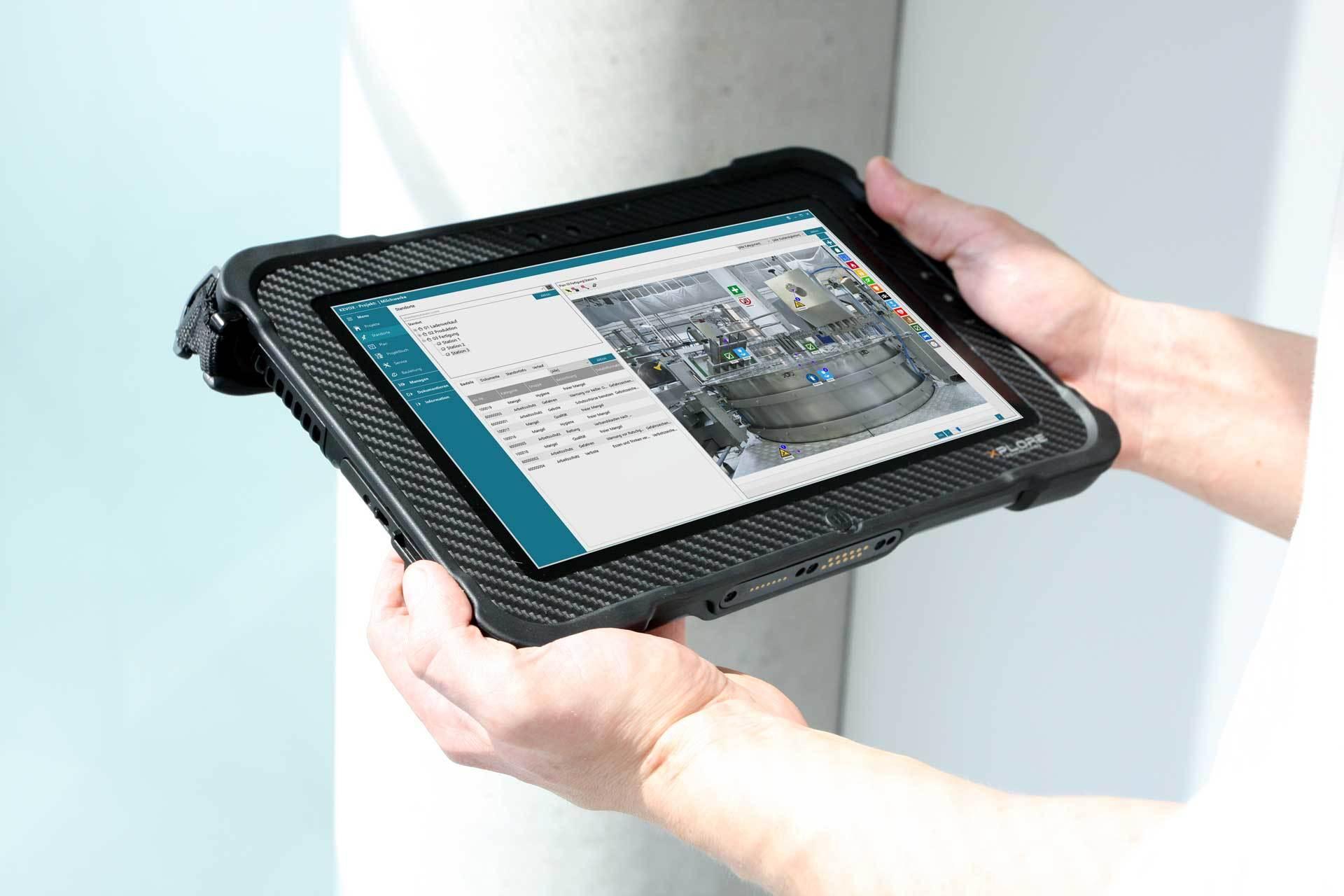 arbeitsschutzbegehung wird mit tablet dokumentiert