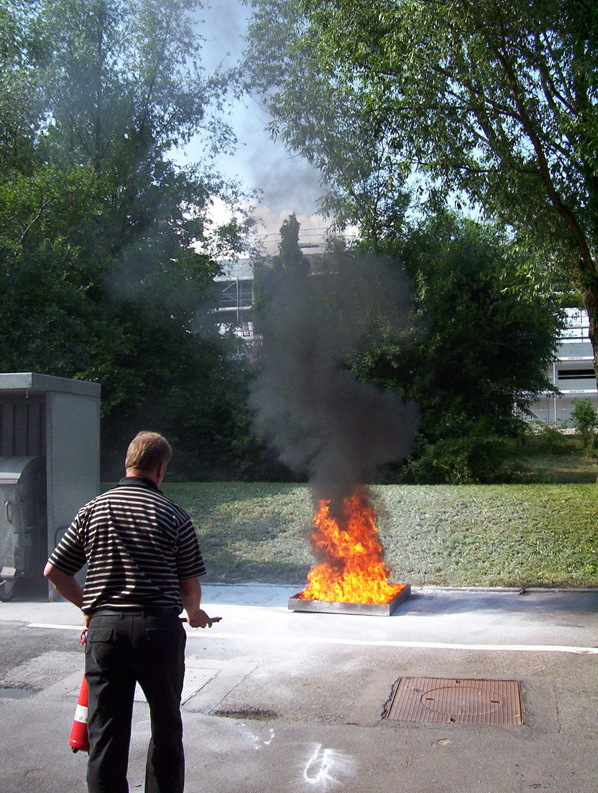 Brandschutzmängel beseitigen lernen mit einem Feuerlöscher feuer zu löschen