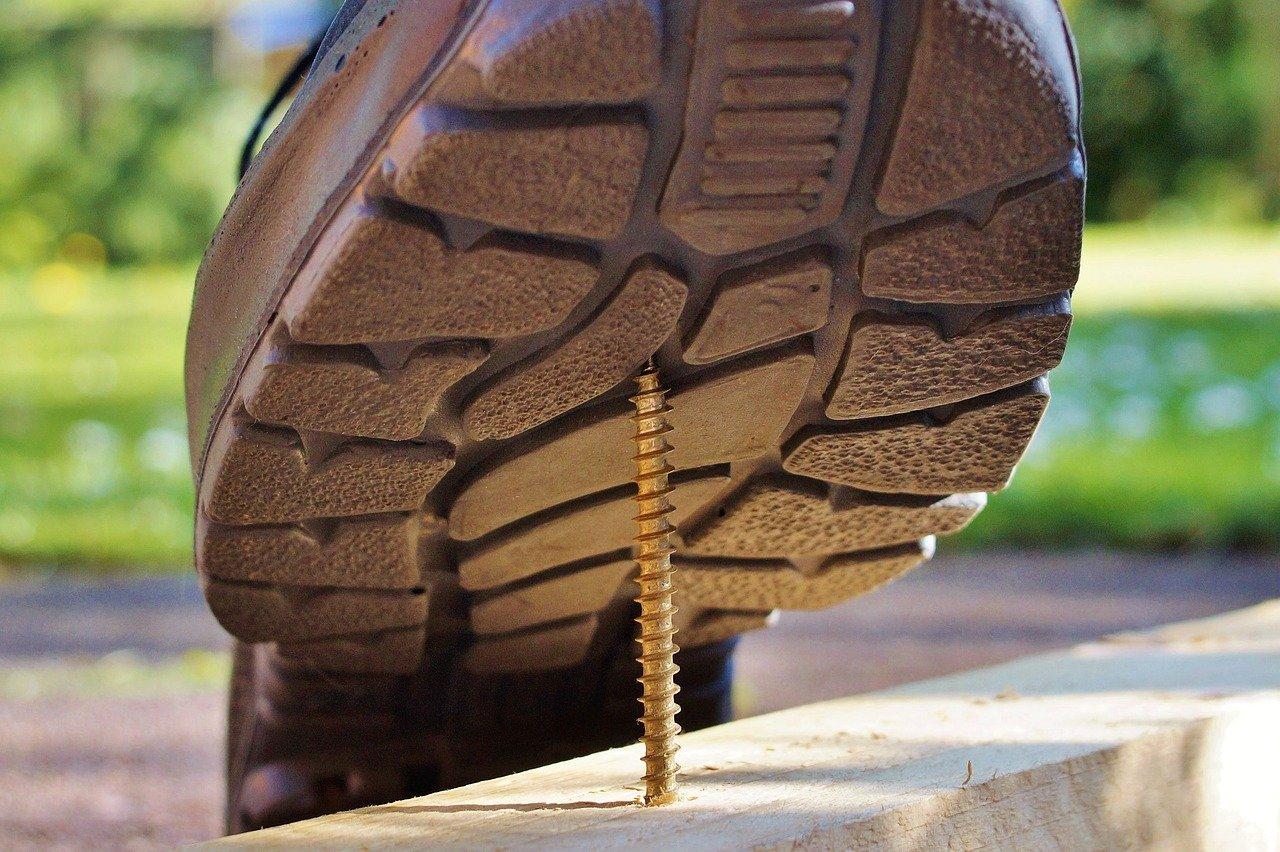 Arbeitsschutzgesetz Arbeitsschutzverordnung Arbeitssicherheit Schuh auf Nagel